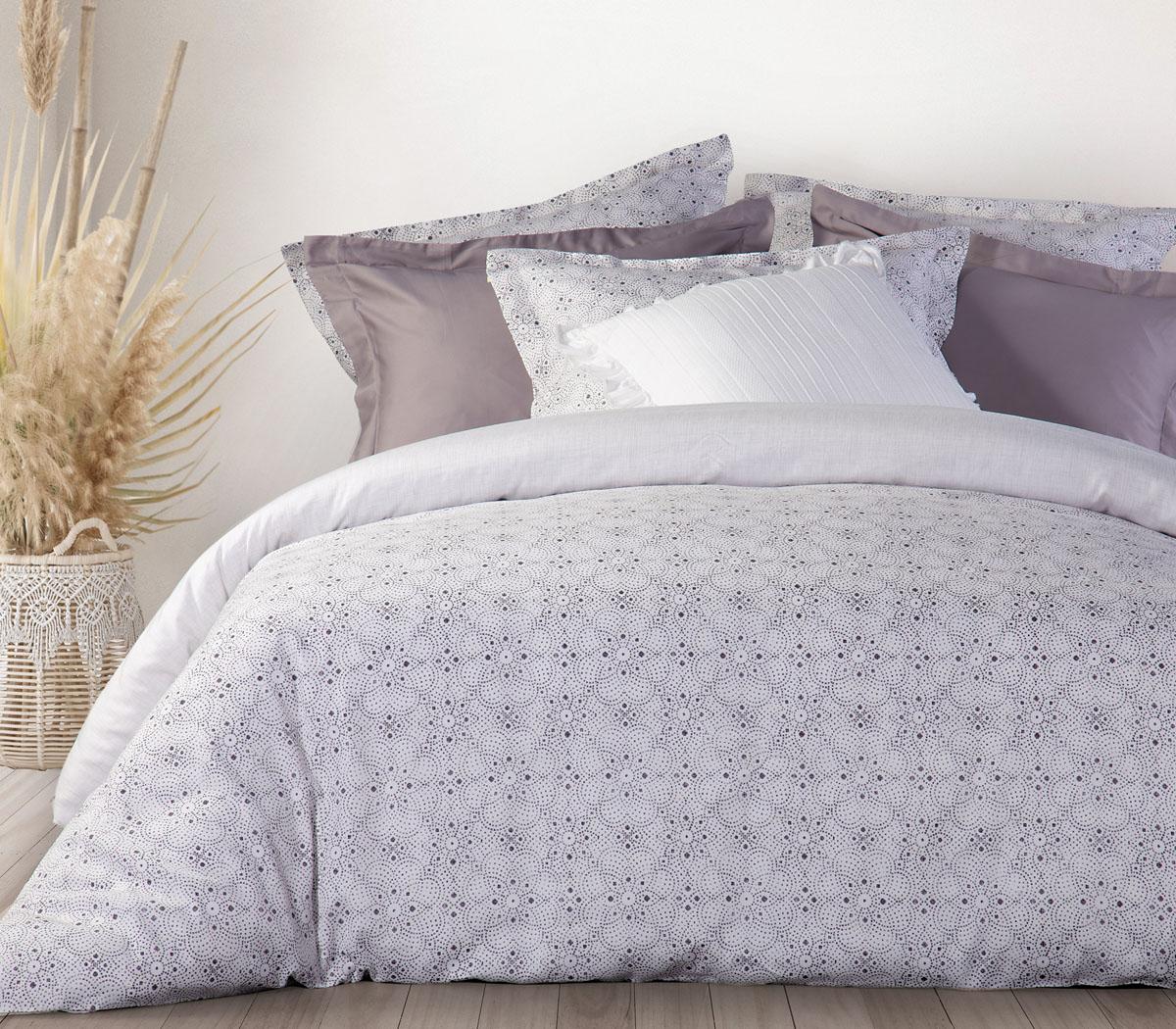 Ένα κρεβάτι στρωμένο με το κουβερλί satten