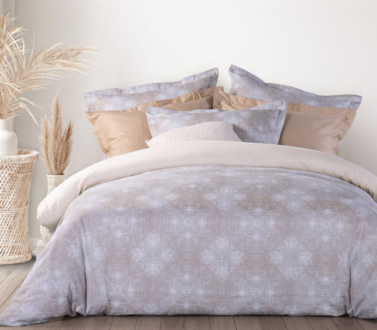 υπέρδιπλο κρεβάτι στρωμένο με την παπλωματοθήκη nairbody